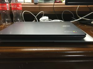 ChromebookとMacBook Airの薄さ比較