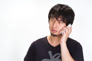 電話で通話している男性