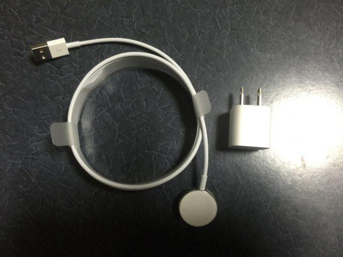電源アダプタと充電ケーブル